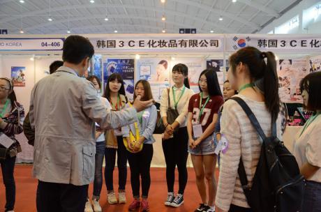 """热烈祝贺我校外国语学院韩语系33名学生赴""""第三届中国-南亚国际博览会""""担任韩语辅助人员实习圆满成功"""